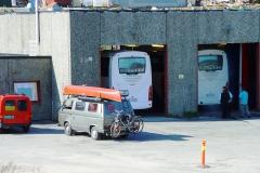 Norwegen. Man leiht mir einen Wagenheber zum Auswechseln der gebrochenen Hinterfedern, die der ADAC problemlos per Flugzeug geschickt hat.