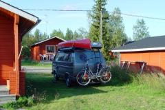 Finnland. Campingplatz mit Kota. Abends gemütlich am Flackerchen.